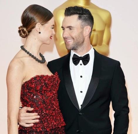 Oscars2015 Adam Levine y novia