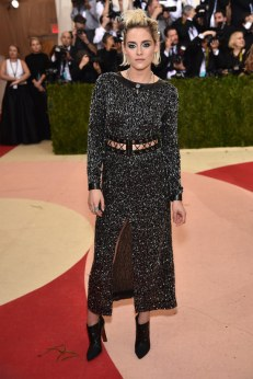 Kristen-Stewart-Met-Gala-2016-Red-carpet-Fashion-Chanel-Tom-Lorenzo-Site-2